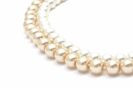 白い背景の上の美しい真珠のネックレスのクローズ アップ 写真素材