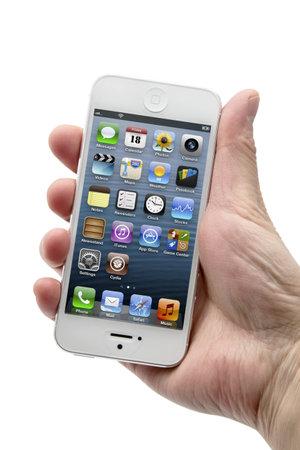 iPhone 5 の白で隔離される手