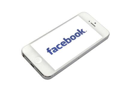facebook logo su uno schermo di iPhone 5