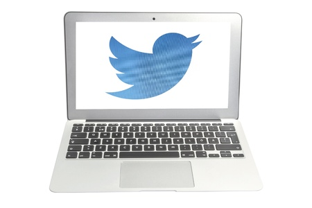 Twitter Bird display on laptop screen Redactioneel