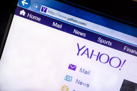 コンピューターの画面に表示されている yahoo のウェブサイト