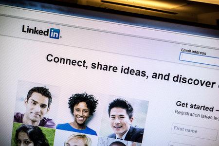 コンピューターの画面上で Linkedin のウェブサイト 報道画像