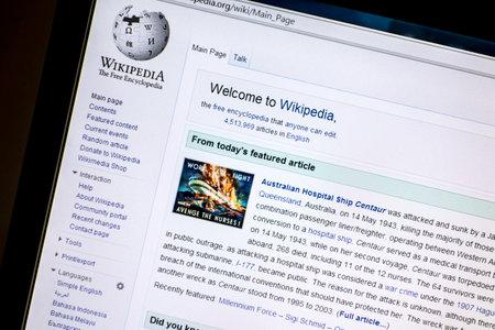 コンピューターの画面に表示される Wikipedia ウェブサイト