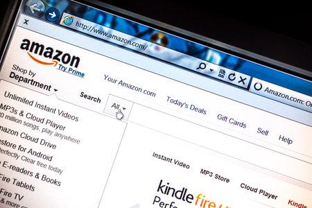 コンピューターの画面に表示されるアマゾン サイト