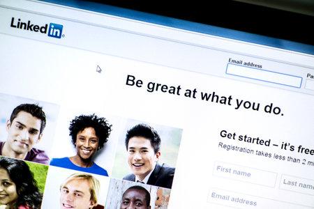 コンピューターの画面上で Linkedin のウェブサイトのクローズ アップ 報道画像