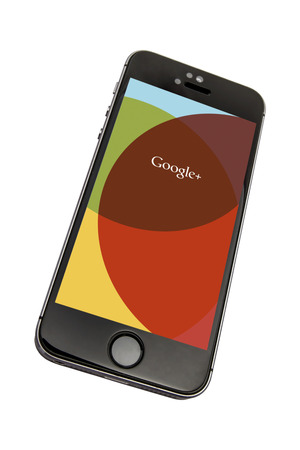 google plus: Iphone 5s con google plus aisladas sobre fondo blanco