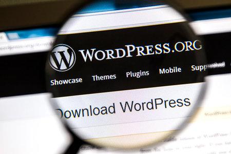 エステルスンド, スウェーデン - 2014 年 8 月 3 日クローズ アップ Wordpress のワードプレスの虫眼鏡の下のウェブサイトはフリーでオープン ソースのブ