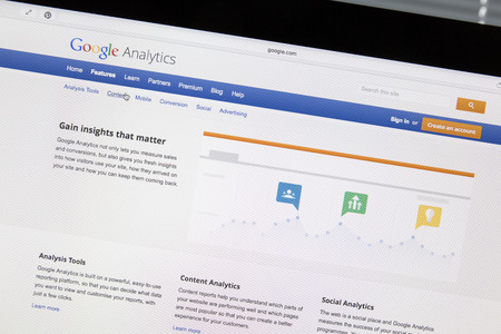 Close-up van Google Analytics website op een computerscherm. Google Analytics is een dienst van Google die statistieken genereert over een website