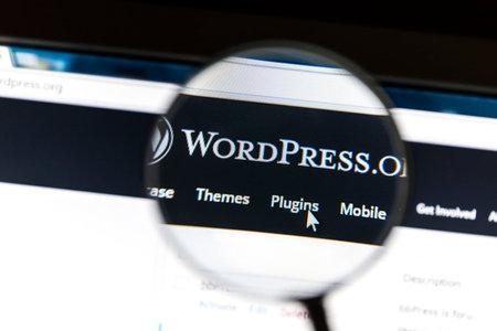 拡大鏡の下でワードプレスの web サイトのクローズ アップ。ワードプレスは、フリーでオープン ソースのブログツールです。