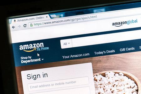 Amazon Website auf einem Computerbildschirm angezeigt. Amazon ist ein amerikanisches internationales E-Commerce-Unternehmen und der weltweit größte Online-Händler.