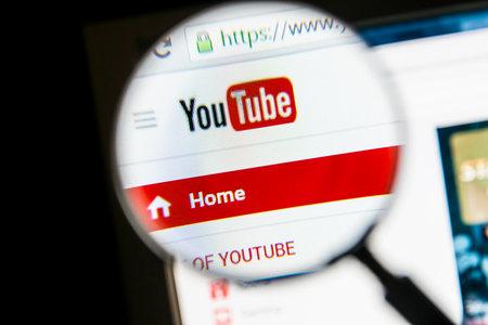 拡大鏡でクローズ アップ、YouTube のウェブサイト.Youtube は、最大のビデオ共有サイトです。