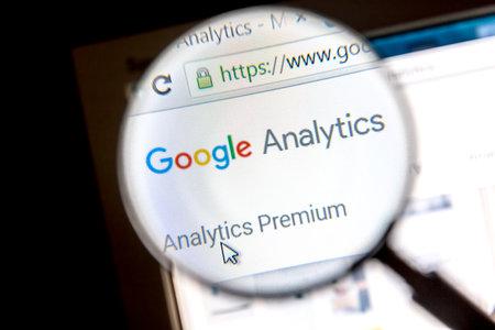 拡大鏡で Google アナリティクスのウェブサイト.Google アナリティクスは、ウェブサイトのトラフィックの統計情報を生成する Google によって提供され 報道画像