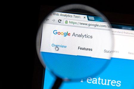 拡大鏡で Google アナリティクスのウェブサイト。Google Analytics では Google が提供するウェブ解析サービスです。
