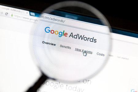 拡大鏡で Google Adwords ウェブサイト。Google アドワーズ広告はオンライン広告サービスです。