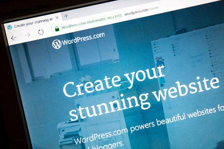 コンピューターの画面上のワードプレスのウェブサイト。 報道画像