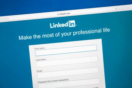 Linkedin website on a computer screen. 에디토리얼