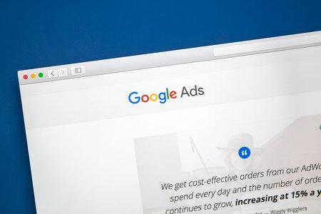 コンピューターの画面上で Google の広告ウェブサイト