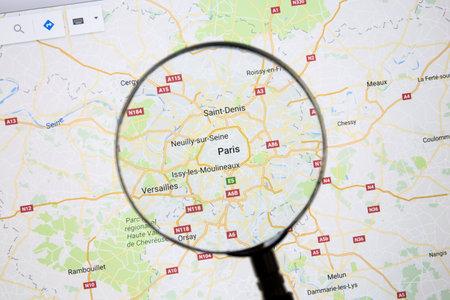 Parijs op Google Maps onder een vergrootglas.