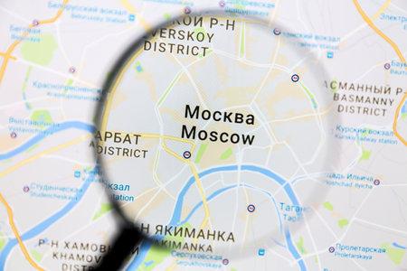 Moskou op Google Maps onder een vergrootglas. Moskou is de hoofdstad van Rusland