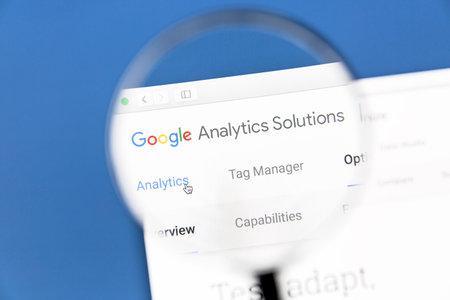 Google Analytics-website onder een vergrootglas. Google Analytics is een webanalyse-service die wordt aangeboden door Google