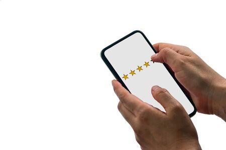 El servicio de calificación y revisión de usuarios evalúa la aplicación móvil o en el sitio web, aislado sobre fondo blanco