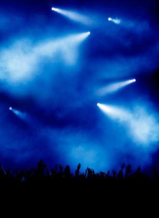 show of hands: Concerto di folla e luci blu nero  Archivio Fotografico