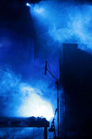 stade bleu vide avec lumière microphone et de matériel, de bleu et de blanc Banque d'images