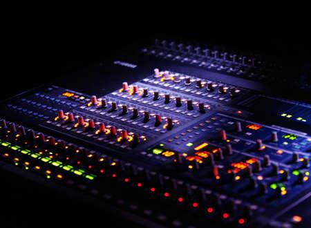 mélangeur ou le mélange de concole dans le noir, avec des contrôleurs et des lumières floues Banque d'images