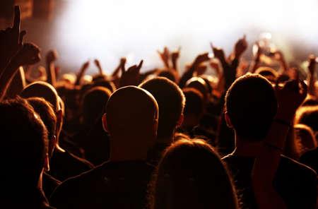 Foule en Orange et blanc du concert lumière Banque d'images