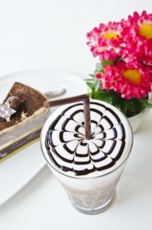 Latte Art Kaffee und Kuchen