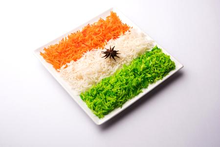 インド共和国と独立記念日のためのトリコロールティランガライス、セラミックプレートで提供され、選択的な焦点
