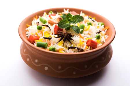 Indian Vegetable Pulav or Biryani made using Basmati Rice, served in a ceramic bowl. selective focus Stockfoto