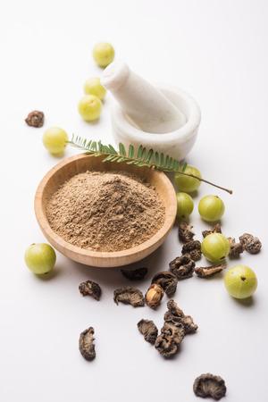 Amla in polvere con Avla crudo, è una medicina alternativa ayurvedica