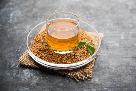 Nasiona kozieradki lub Methi Dana pić mocząc je w wodzie na noc. pomocny w odchudzaniu, trawieniu i leczeniu poziomu cukru we krwi