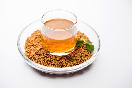 Nasiona kozieradki lub Methi Dana pić mocząc je w wodzie na noc. pomocny w odchudzaniu, trawieniu i leczeniu poziomu cukru we krwi Zdjęcie Seryjne