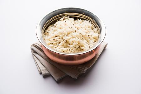 Ryż kminkowy / indyjski ryż Jeera w misce, selektywne skupienie