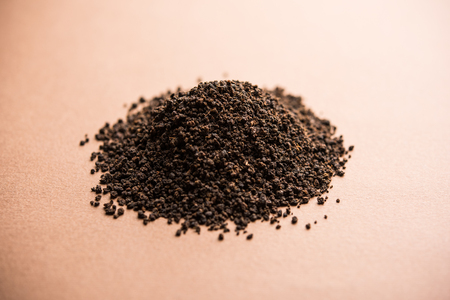 Black Tea Powder or dry dust with or without green leaf and served hot chai in a cup 스톡 콘텐츠