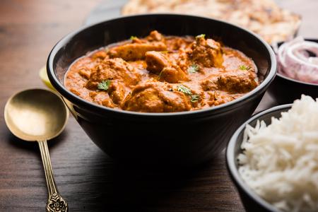 Murgh Makhani / Butter chicken tikka masala podawana z roti / paratha i zwykłym ryżem wraz z sałatką z cebuli. selektywne skupienie Zdjęcie Seryjne