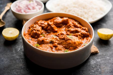 Murgh Makhani / Poulet au beurre tikka masala servi avec roti / Paratha et riz nature accompagné d'une salade d'oignons. mise au point sélective Banque d'images