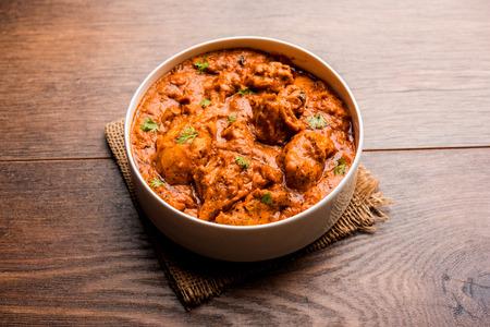 Murgh Makhani / Butter chicken tikka masala served with roti / Paratha and plain rice along with onion salad. selective focus Standard-Bild