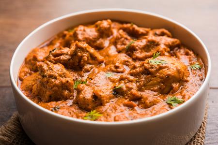 Murgh Makhani / Butter Chicken Tikka Masala serviert mit Roti / Paratha und einfachem Reis zusammen mit Zwiebelsalat. selektiver Fokus Standard-Bild