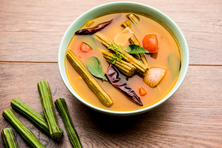 Curry della coscia o Shevga sheng bhaji o Sambar indiano del sud, servito in una ciotola su sfondo lunatico. Messa a fuoco selettiva