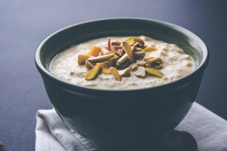 Zoete Rabdi of Lachha Rabri of basundi, gemaakt met pure melk gegarneerd met droog fruit. Geserveerd in een kom op een humeurige achtergrond. Selectieve focus