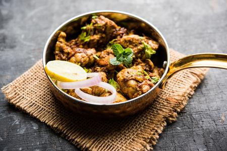Cerebro / Bheja Fry de cabra, oveja o cordero es un plato popular indio o paquistaní cocinado en Bakra Eid (Eid-ul-zuha). servido en karahi, sartén o plato. enfoque selectivo