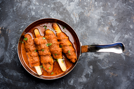 Baingan masala / Eggplant / brinjal curry served in bowl or pan, selective focus 免版税图像