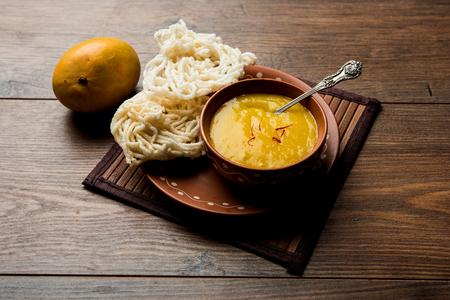 Pulpa de mango Aam Ras o Alphonso con kurdai, que es un plato frito elaborado con trigo / gehu. enfoque selectivo