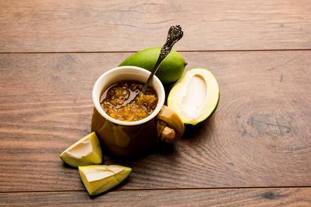 Mango Chunda oder Sakhar Amba ist ein traditionelles indisches Sommerrezept, das aus Akcha Aam hergestellt wird, das tagelang in Zuckersirup konserviert wird. selektiver Fokus