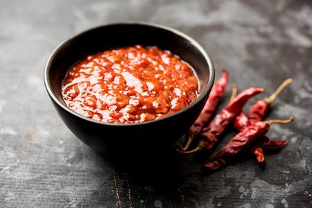 Schezwansaus / Szechuanchutney is een belangrijk ingrediënt in het Chinese recept. geserveerd in een kom, geïsoleerd. selectieve focus