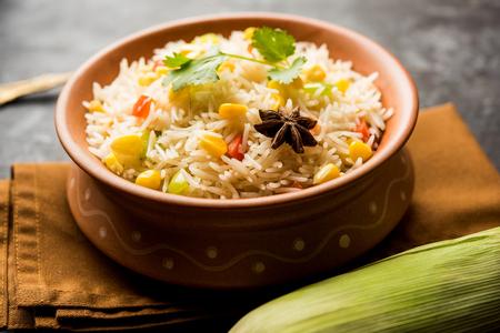 Pilaf de maíz o Pulav elaborado con semillas de maíz hervidas con arroz y verduras. enfoque selectivo