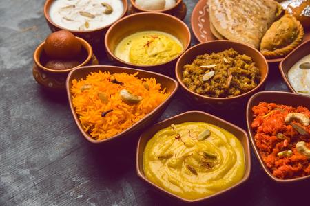 Gruppe von Indian Sweet / Mithai in Terrakottaschale Standard-Bild
